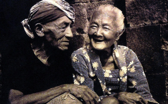 http://iwanbanaran.files.wordpress.com/2011/04/happy-old-couple-pasangan-tua.jpg