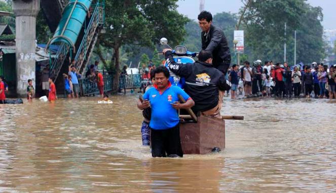 Kampung Melayu-Pondok Bambu lumpuh (Doc Vivanews)