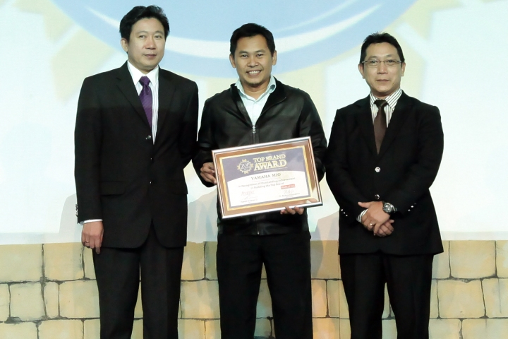 Eko Prabowo GM Marketing Communication & Community Development Yamaha Indonesia menerima piagam Top Brand Award