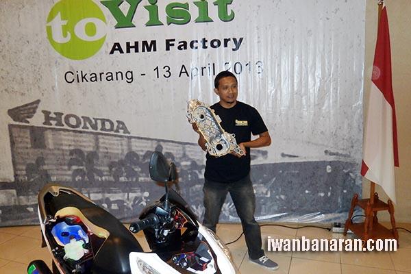 Pak Bambang nunggang jaran dapat oleh-oleh dari AHM. Opo kuwi hayo?? :mrgreen: