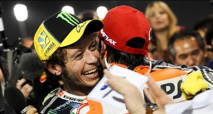 Rossi memeluk Marquez pasca duel Qatar....