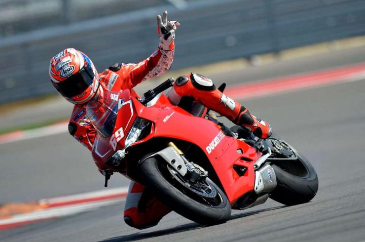 Nicky Hayden ngetes Panigale...