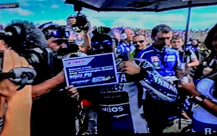 Jorge Lorenzo memegang board ucapan selamat Yamaha Factory Racing team untuk double winner Yamaha Indonesia di Indoprix 2013-
