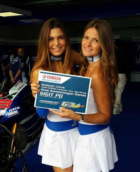Umbrella girl memegang board ucapan selamat Yamaha Factory Racing team untuk double winner Yamaha Indonesia di Indoprix 2013