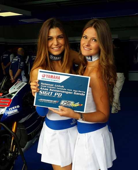 Umbrella girl memegang board ucapan selamat Yamaha Factory Racing team untuk double winner Yamaha Indonesia di Indoprix 2013