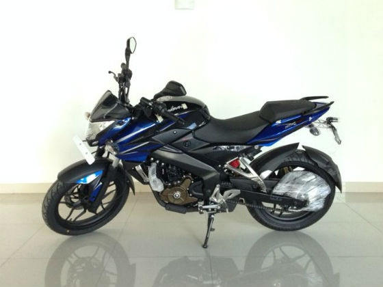 bajaj-pulsar-200ns-dual-colour-option-image-pic-photo-22112013-m3_560x420