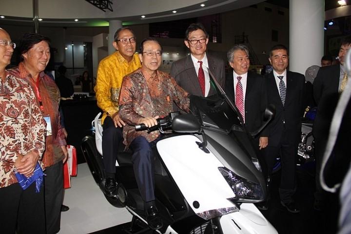 Mantan Perdana Menteri Jepang Yasuo Fukuda (depan) dan Mantan Menteri Pertambangan dan Energi RI Ginanjar Kartasasmita (belakang) naik TMax di booth Yamaha Indonesia Japan Expo