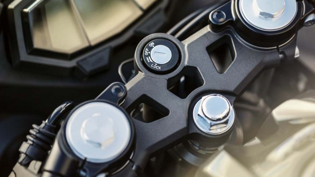 021414-2014-Yamaha-YZF-R125-EU-Race-Blu-Detail-011-633x356