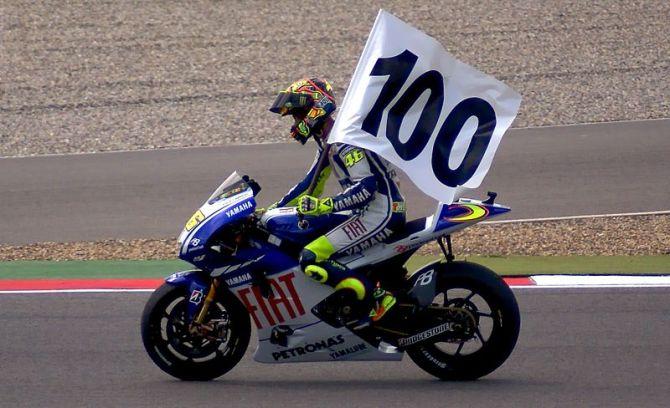 800px-Valentino_Rossi_vittoria_100