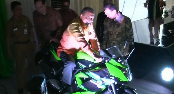 MS. Hidayat meresmikan pabrik baru Kawasaki